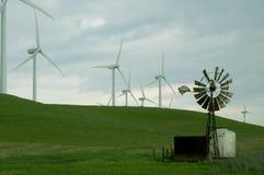 Vecchi e nuovi mulini a vento Fotografia Stock