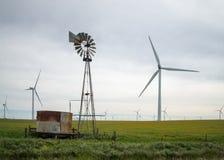 Vecchi e nuovi mulini a vento Fotografia Stock Libera da Diritti