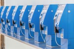 Vecchi e telefoni pubblici tradizionali facendo uso delle monete per fare a immagine stock libera da diritti