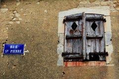 Vecchi ed otturatori di legno stagionati nella casa di pietra di configurazione Immagini Stock