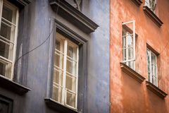 Vecchi edifici residenziali blu e rossi fotografie stock