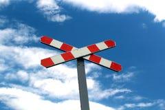 Vecchi ferroviari firmano dentro il cielo blu Immagine Stock Libera da Diritti