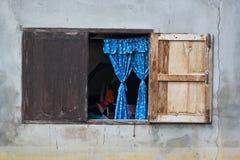 Vecchi finestra e ciechi fotografia stock