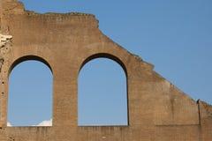 Vecchi finestre e cielo incurvati Fotografie Stock Libere da Diritti