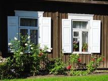 Vecchi finestre e fiori domestici, Lituania fotografie stock