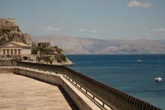 Vecchi fortezza, linea costiera e mare Fotografie Stock