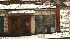 Vecchi garage sotto gli alberi stock footage