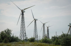 Vecchi generatori eolici in una fila Fotografia Stock Libera da Diritti