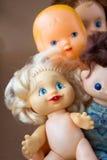 Vecchi giocattoli delle bambole immagini stock