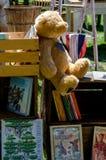 Vecchi giocattoli e libri da vendere Fotografia Stock Libera da Diritti