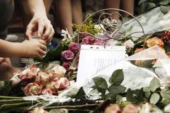 Vecchi giovani d'aiuto - nella memoria delle vittime Immagini Stock