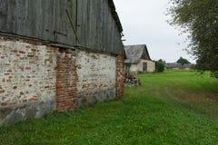 Vecchi granai del villaggio rurale Fotografia Stock Libera da Diritti