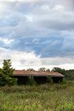 Vecchi granai e cieli di estate Immagini Stock