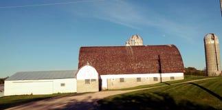 Vecchi granaio e costruzioni dell'azienda agricola Fotografia Stock Libera da Diritti