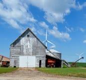 Vecchi granaio e generatori eolici Fotografia Stock Libera da Diritti