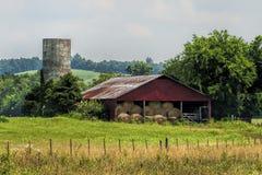 Vecchi granaio e paesaggio rossi del silo Immagini Stock Libere da Diritti