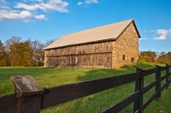 Vecchi granaio e recinto di pietra Fotografia Stock Libera da Diritti