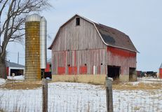 Vecchi granaio e silo Immagine Stock