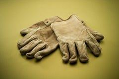 Vecchi guanti di cuoio 2 del lavoro Immagini Stock Libere da Diritti