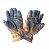 Vecchi guanti di cuoio sporchi del lavoro isolati su fondo bianco immagine stock