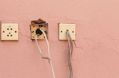 Vecchi incavo e cavi di elettricità sulla parete del cemento con lo spazio della copia per l'opera d'arte di progettazione e del  fotografia stock libera da diritti