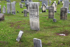 Vecchi indicatori di pietra in uno di molti cimiteri, nuovo Milford CT, 2015 Fotografia Stock