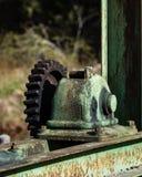 Vecchi ingranaggi e denti contro fondo vago Fotografie Stock Libere da Diritti