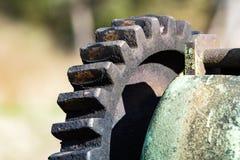 Vecchi ingranaggi e denti contro fondo vago Fotografia Stock Libera da Diritti