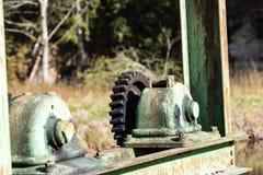 Vecchi ingranaggi e denti contro fondo vago Fotografia Stock