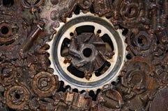 Vecchi, ingranaggi meccanici indossati e ruvidi fatti di metallo arrugginito Minimalismo di progettazione Composizione nel ferro fotografie stock