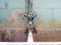 Vecchi lavandino e rubinetto concreti della lavanderia Fotografie Stock Libere da Diritti