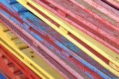 Vecchi lettini stagionati di legno d'annata con pittura incrinata in pila Fotografia Stock Libera da Diritti