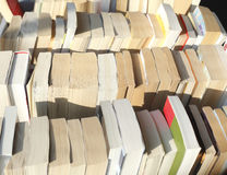 Vecchi libri in brossura immagine stock