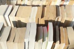 Vecchi libri in brossura immagine stock libera da diritti