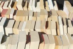 Vecchi libri in brossura in uno scaffale per libri fotografie stock libere da diritti