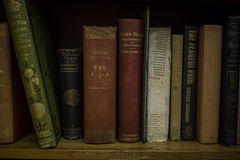 Vecchi libri che si trovano su un accantonamento Fotografia Stock Libera da Diritti