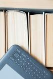 Vecchi libri con il libro elettronico moderno per leggere Immagini Stock