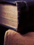 Vecchi libri con la copertina dura del tessuto immagini stock libere da diritti