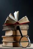 Vecchi libri con la lente d'ingrandimento Fotografia Stock Libera da Diritti