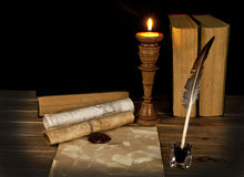 Vecchi libri con una candela immagine stock libera da diritti