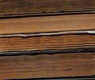 Vecchi libri dalla copertina rigida in pila Fotografia Stock