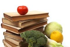 Vecchi libri di cucina con parecchie verdure Fotografie Stock Libere da Diritti