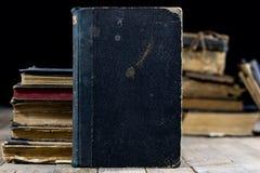 Vecchi libri distrutti su una tavola di legno Biblioteca della sala di lettura con Immagini Stock