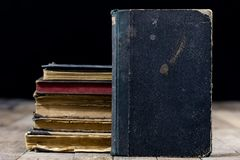 Vecchi libri distrutti su una tavola di legno Biblioteca della sala di lettura con Immagine Stock