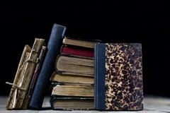 Vecchi libri distrutti su una tavola di legno Biblioteca della sala di lettura con Fotografie Stock