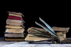 Vecchi libri distrutti su una tavola di legno Biblioteca della sala di lettura con Fotografie Stock Libere da Diritti