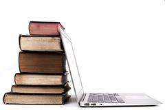 Vecchi libri e computer portatile Fotografia Stock Libera da Diritti