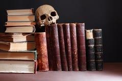 Vecchi libri e cranio Fotografia Stock