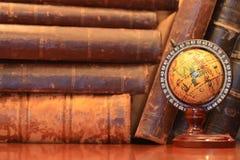 Vecchi libri e globo Immagini Stock Libere da Diritti