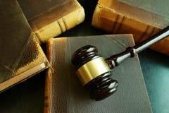 Vecchi libri e martelletto di legge Immagini Stock